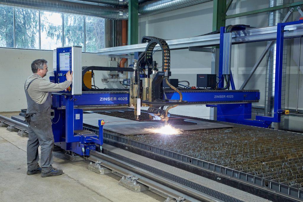 Auf modernsten Plasmaschneideanlagen werden die besonders harten Verschleißbleche verarbeitet. (Foto: Melbinger)