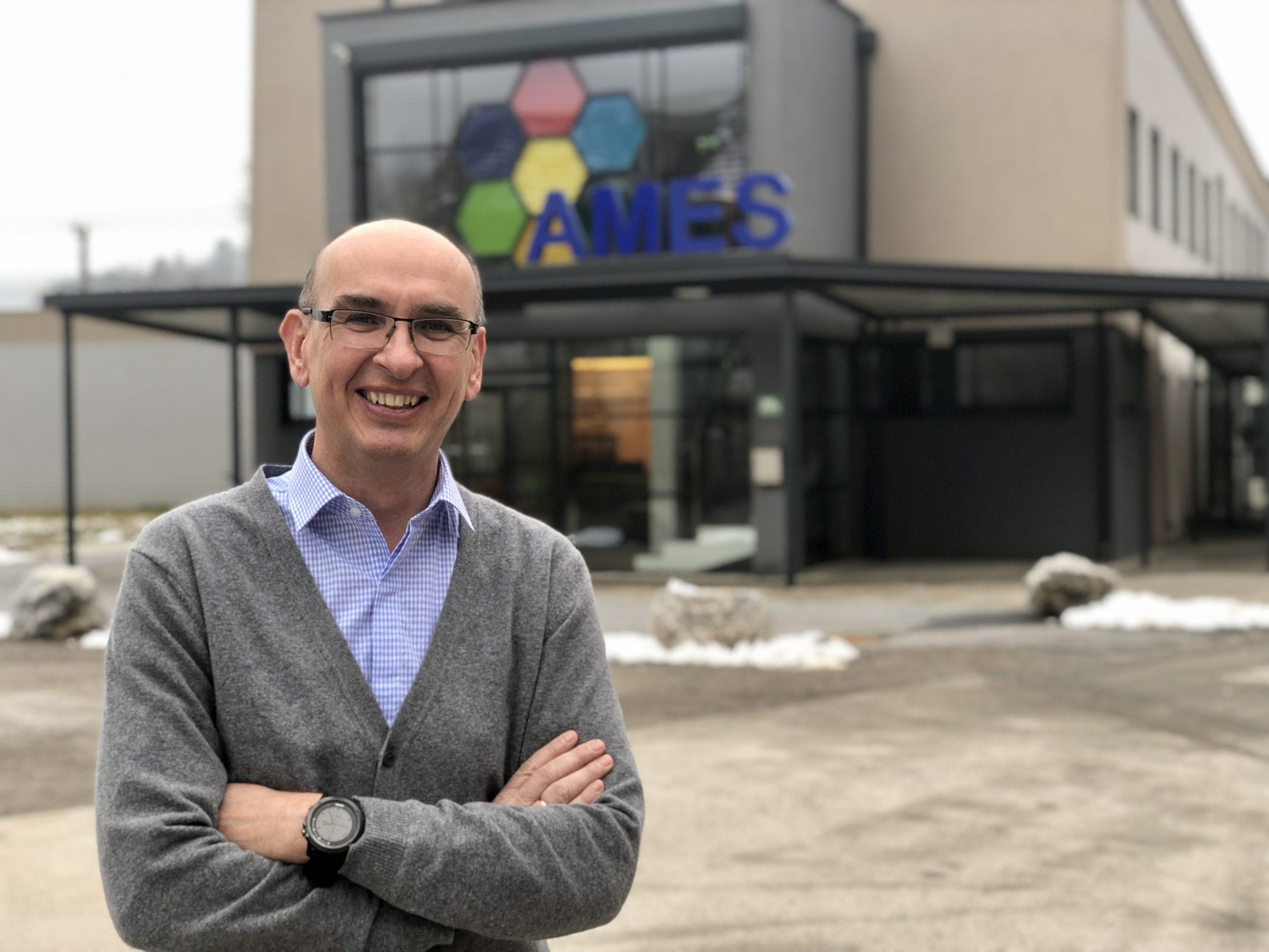 AMES-Gründer Walter Starzacher vor dem Werk im steirischen Peggau, der Sitz der Holding ist in Millstatt (Foto: CS)