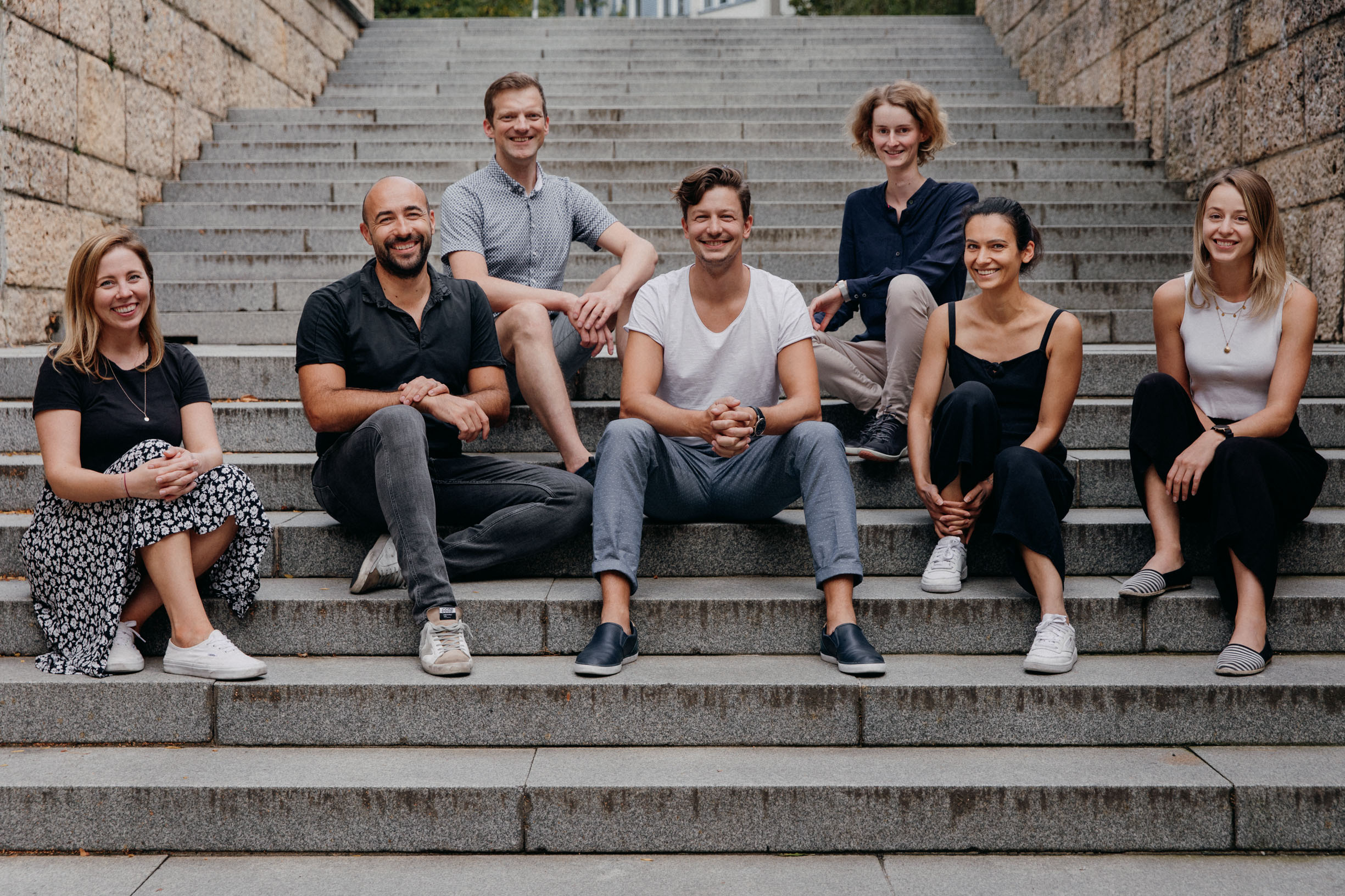 Auf Wachstumskurs: Die Everlisten-Gründer Markus Jausovec (2. v. l.) und Alexander Petschar (m.) beschäftigen bereits sieben Mitarbeiter. (Foto: Everlisten)