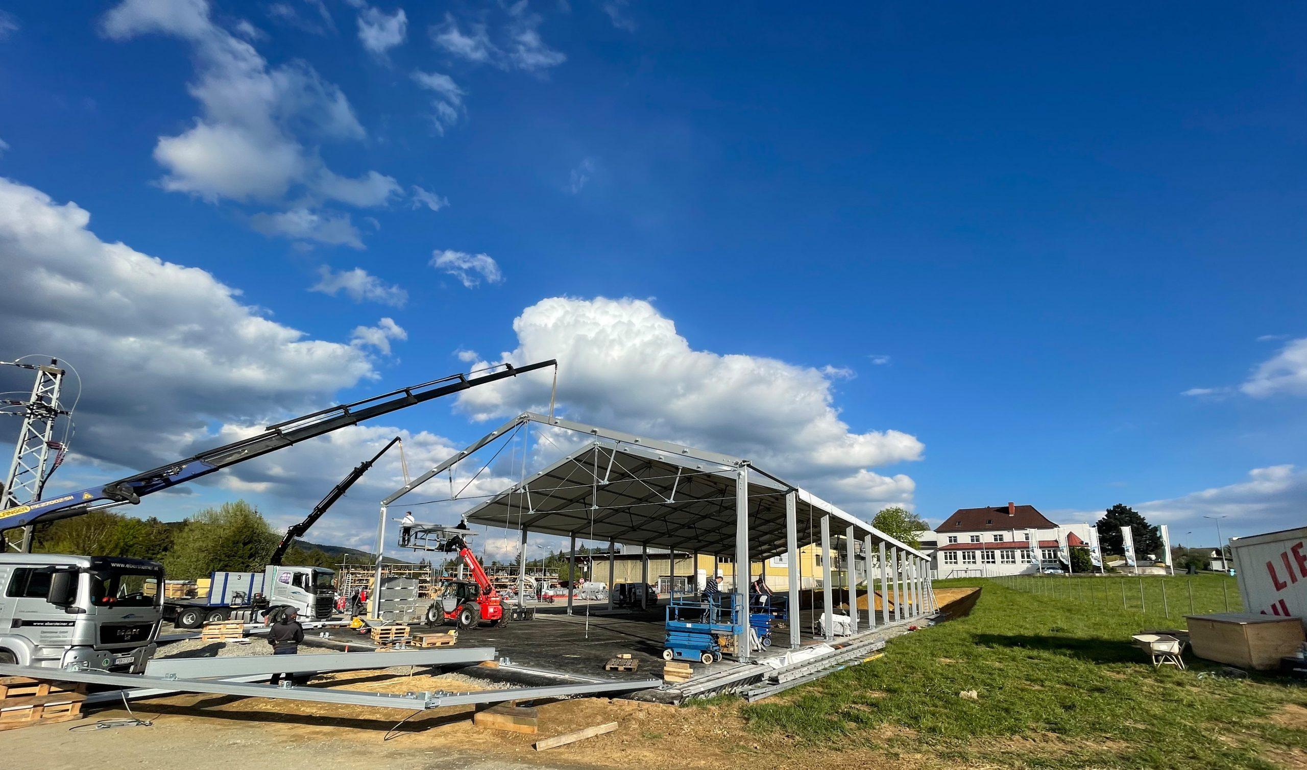 Auf den neu erschlossenen Gründen haben die weitreichenden Modernisierungsarbeiten bei Winkelbauer mit dem einer Leichtbauhalle begonnen. (Foto: WI)