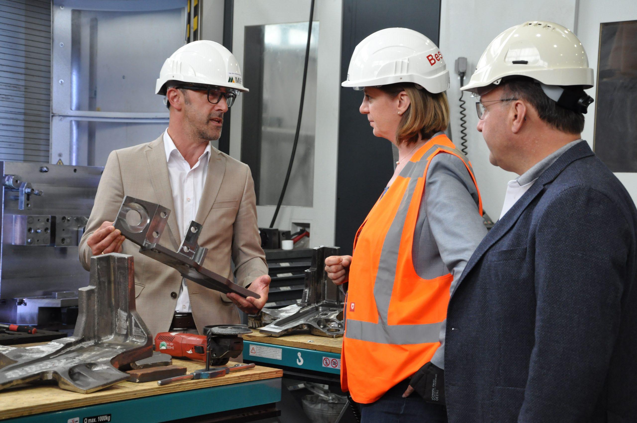 Vor Ort im Gespräch: Die MFL-Geschäftsführer Herbert Decker (l.) und Reinhard Haider (r.) mit Wirtschaftslandesrätin Barbara Eibinger-Miedl (Foto: MFL)