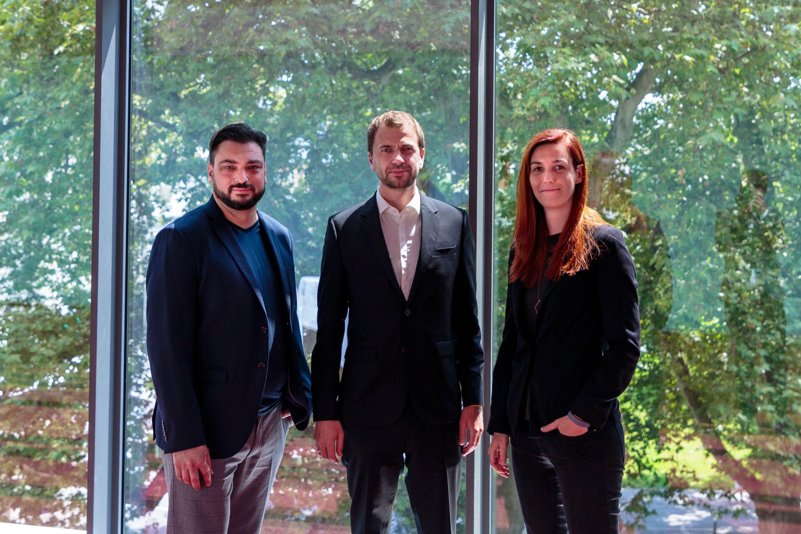 Hightech-Vorreiter: Leftshift One-CEO Patrick Ratheiser mit Wolfgang Lechner und Magdalena Hauser von ParityQC (Foto: Wiestner)